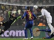 NEUZNAN� G�L. Sergio Ramos (v b�l�m) hlavi�kuje m�� do barcelonsk� branky,