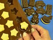 Plata dejte na chvilku do chladu, pak čokoládou dotvořené kousky lehce