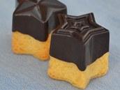 Minizákusky z jemného třeného těsta s čokoládovou kapotáží.