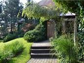 Na cestě kzimní zahradě u domu je třeba překonat tři stupně ztvárněné ze dřeva.