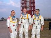 Posádka Apolla 1 na fotografii pořízené deset dní před osudnou nehodou. Zleva