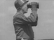 Generál George Patton sleduje bojiště dalekohledem