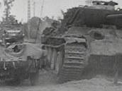 Američtí vojáci v Jeepu míjejí zničený Pz.Kpfw. V Panther