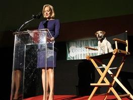 Uggie a Penelope Ann Millerová při vyhlášení nominací Zlatých obojků