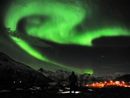 Polární záře nad norským městem Tromso.