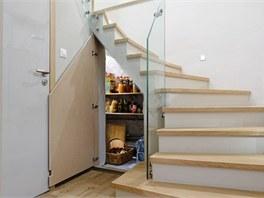 Pod schody navrhl architekt Ma��k sp� na kompoty, zava�eniny �i balen� vody.