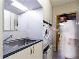 Technick� koupelna: pra�ka a su�i�ka jsou um�st�ny v�, aby nebylo nutn� se