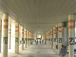Pod budovami postavenými na pilířích jsou místa na parkování.