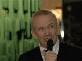Jean-Paul Gaultier při slavnostním předvedení svých designových stromků 27.