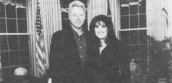 """Prezident a jeho stážistka. """"Vše nejlepší k narozeninám, Moniko! Bill Clinton,"""