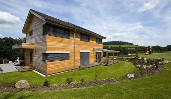 Přesahující střechy, horizontální dřevěné obložení a horizontální okna a