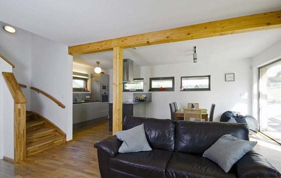 Interiér je pojat velmi jednoduše, hlavní slovo tu má přírodní dřevo, především