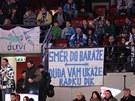 PRO DUDU. Fanou�ci Plzn� v z�podo�esk�m derby proti Karlov�m Var�m podpo�ili