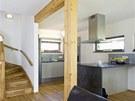 Kuchyňská linka byla vyrobena z šedých lakovaných a laminovaných MDF desek,