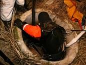 Policisté s hasiči vytahují ze studny u domu v Lípě nad Orlicí jednu z obětí