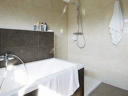 V koupelně v podkroví převládají opět přírodní tóny – šedá a béžová