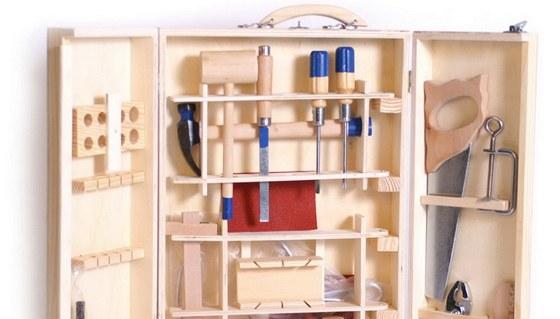 Funkční sada dětského nářadí v uzavíratelné dřevěné skříňce.