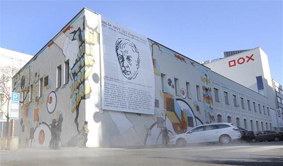 Umělecká skupina Pode Bal vyvěsila 2. února na budově Centra moderního umění