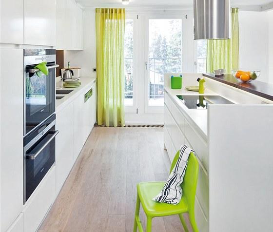 Architekti i majitelé vsadili na bílou barvu a doplnili ji svěžími doplňky.