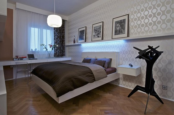 Také v ložnici je zachován koncept celého bytu. Bílá barva je doplněna