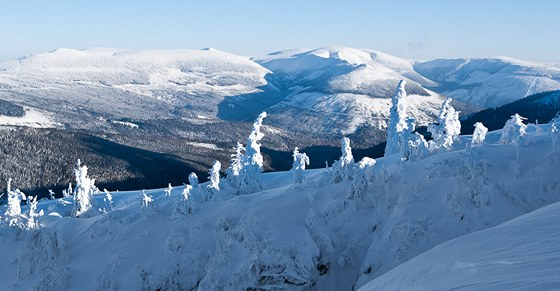 Pohled z hrany Labského dolu ke Sněžce (zhruba uprostřed). Vlevo do ní je