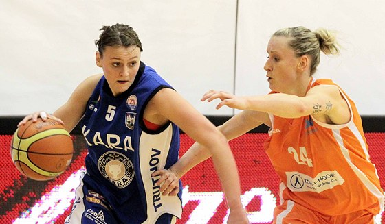 Kateřina Bartoňová (vpravo) odhaluje tetování na paži.