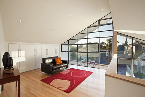 V nově vzniklém podkroví je čtvrtá ložnice a prostorné studio s koupelnou.