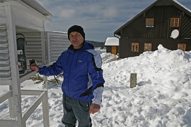 Antonín Vojvodík u meteorologické měřící stanice v Kvildě na Śumavě