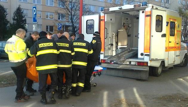 U transportu obézní �eny z Neratovic museli asistovat i hasi�i.