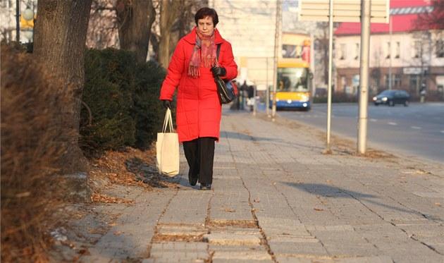 Zni�ený chodník na t�íd� Tomá�e Bati ve Zlín�