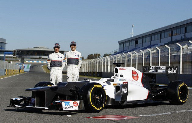 Kamuj Kobaja�i (vlevo) a Sergio Pérez p�i p�edstavení nového monopostu Sauberu,