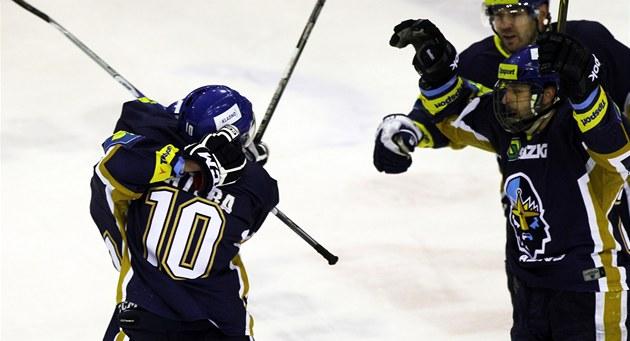 Kladen�tí hokejisté se radují z gólu Vladimíra Kame�e.