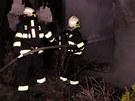 Oheň likvidovali profesionální i dobrovolní hasiči.