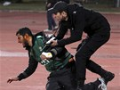 Policista se snaží pomoci zraněnému hráči.