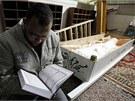 Bratr jednoho z fotbalových fanoušků zabitých na stadionu Port Saíd čte u těla mrtvého z Koránu (2. února 2012).