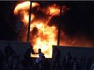 Požár na fotbalovém stadionu v Káhiře, který založili fanoušci naštvaní kvůli přerušení zápasu poté, co vypuklo násilí na stadionu ve městě Port Saíd (1. února 2012)