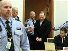 Anders Behring Breivik jde k soudu, kter� rozhoduje o jeho prodlou�en� vazby