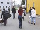 Jak dokl�d� fotografie z roku 2003, are�l ve Vy�n�ch Lhot�ch slou�il jako uprchlick� t�bor. Nyn� je mohou vyst��dat v�zni.