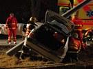 Na místě nehody byli první hasiči, vzápětí dorazili záchranáři. (9. února 2012)