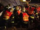 Hasiči museli nejdříve vyprostit člověka uvězněného uvnitř vozu. (9. února 2012)