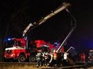 Pomocí speciálního vyprošťovacího vozu hasiči zajistili nahnutý sloup.  (9.