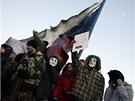 Účastníci demonstrace svolané Českou pirátskou stranou jdou z pražského Klárova