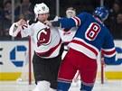 UŽ TOHO NECH. Eric Boulton z New Jersey Devils (vlevo) se bitkou s Brandonem