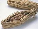 Natto je tradiční japonský výrobek vyráběný z fermentovaných sójových bobů,