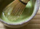 Jemný zelený prášek čaje matcha se našlehá v malém množství převařené a mírně