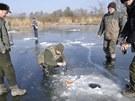 Současné mrazy rybářům připravily úžasné podmínky pro lov na dírkách.