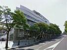 Budova olympijského výboru je z mramoru a skla, směrem k městu má tvar lodní
