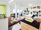 Obývací pokoj spojený s kuchyní a jídelním koutem ve spodní části bytu. Stěna z