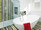 Efektní barevná mozaika posunula koupelnu ve spodní části bytu o kategorii výš.