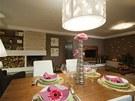 V pokoji je hned několik svítidel, která pomáhají definovat jednotlivé zóny.